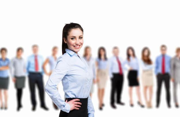 captar investidores mulher sorrindo na frente e no fundo com desfoque varias pessoas enfileiradas vestidas formalmente