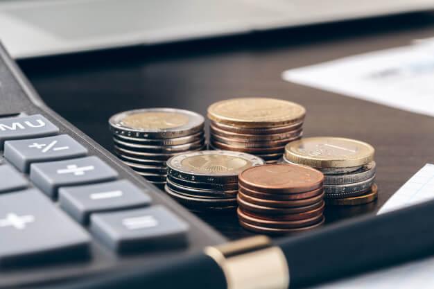 indicadores imobiliadrios moedas calculadoras e caneta