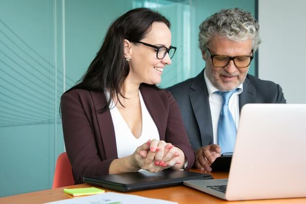mulher e homem diversificação de investimentos