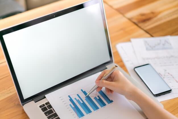 o quê são investimentos em renda fixa mulher analisando gráfico