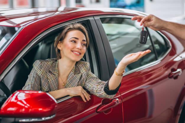 comprar ou alugar carro mulher recebendo chave