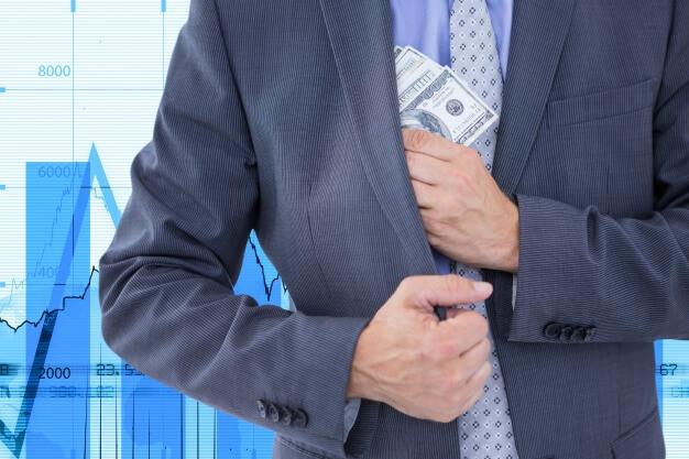 pessoas mais ricas do mundo guardando dinheiro
