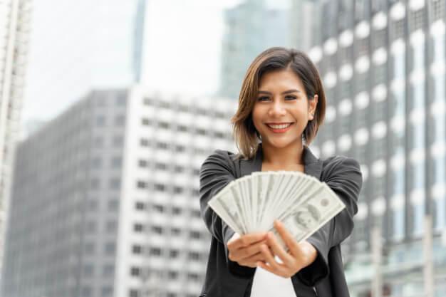 pessoas mais ricas do mundo mulher com dinheiro