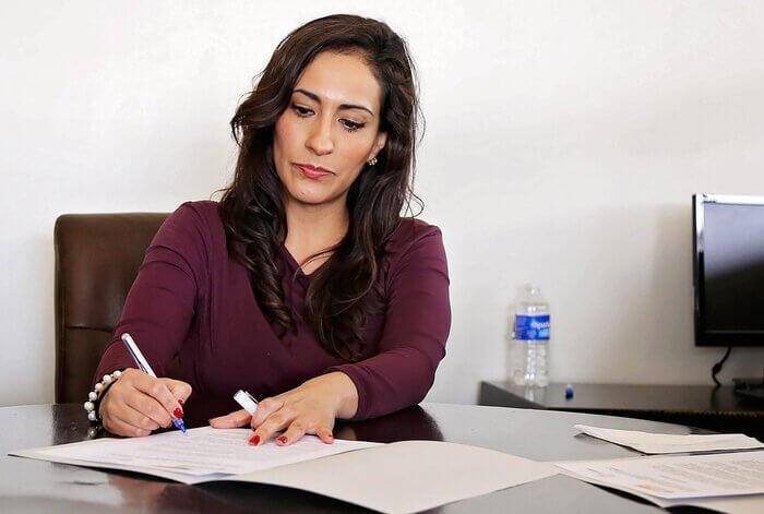 cedula de credito bancario mulher escrevendo